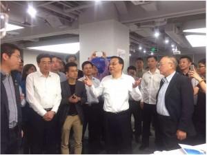 李克强总理在柳传志的陪同下视察联想之星在中关村创业大街时的照片。